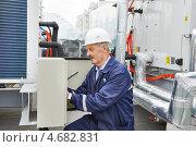 Купить «Портрет пожилого инженера-вентиляционщика за работой», фото № 4682831, снято 21 мая 2013 г. (c) Дмитрий Калиновский / Фотобанк Лори