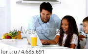 Купить «Father looking at laptop with his children», видеоролик № 4685691, снято 22 июля 2019 г. (c) Wavebreak Media / Фотобанк Лори