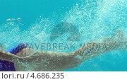 Купить «Brunette woman swimming underwater», видеоролик № 4686235, снято 17 февраля 2019 г. (c) Wavebreak Media / Фотобанк Лори