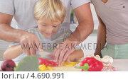 Купить «Happy family preparing vegetables », видеоролик № 4690991, снято 22 июля 2019 г. (c) Wavebreak Media / Фотобанк Лори