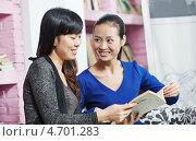 Купить «Молодые китайские студентки в библиотеке», фото № 4701283, снято 21 апреля 2013 г. (c) Дмитрий Калиновский / Фотобанк Лори