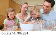 Купить «Family making a cake together», видеоролик № 4706291, снято 22 июля 2019 г. (c) Wavebreak Media / Фотобанк Лори