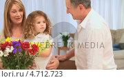 Купить «Grandparents making a bunch of flowers», видеоролик № 4712723, снято 5 августа 2020 г. (c) Wavebreak Media / Фотобанк Лори