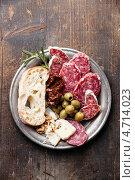 Купить «Закуска: колбаса, оливки, хлеб», фото № 4714023, снято 10 апреля 2013 г. (c) Лисовская Наталья / Фотобанк Лори