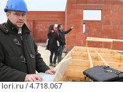 Купить «Архитектор с ноутбуком на фоне клиентов на строительной площадке», фото № 4718067, снято 21 января 2010 г. (c) Phovoir Images / Фотобанк Лори