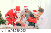 Купить «Santa Claus offering a gift to a little boy», видеоролик № 4719063, снято 17 июля 2019 г. (c) Wavebreak Media / Фотобанк Лори