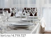 Пустые бокалы на столе. Стоковое фото, фотограф Андрей Затулло / Фотобанк Лори