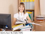 Купить «Секретарша, работающая в офисе с документами», фото № 4720195, снято 12 марта 2011 г. (c) Яков Филимонов / Фотобанк Лори