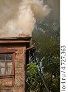 Купить «Дым пожара из-под крыши», фото № 4727363, снято 1 июня 2013 г. (c) Петроченко Мария Петровна / Фотобанк Лори