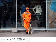 Купить «Дворник азиатской внешности на фоне витрины с манекенами в центре Москвы», эксклюзивное фото № 4729935, снято 1 мая 2013 г. (c) Николай Винокуров / Фотобанк Лори