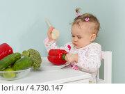 Маленькая девочка с овощами сидит за столом в кухне, фото № 4730147, снято 13 апреля 2013 г. (c) Мельников Дмитрий / Фотобанк Лори