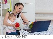 Купить «Молодая мама с ребенком готовит обед и разговаривает по телефону в кухне дома», фото № 4730167, снято 13 апреля 2013 г. (c) Мельников Дмитрий / Фотобанк Лори