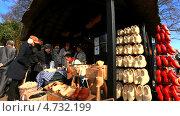 Купить «Голландия. Парк Кёкенхоф. Мастер по изготовлению кломпов выжигает на башмаках дарственные надписи  (голл. klompen)», эксклюзивный видеоролик № 4732199, снято 5 апреля 2013 г. (c) Виктория Катьянова / Фотобанк Лори