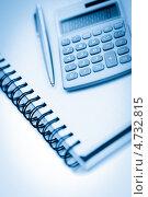 Купить «Ручка, калькулятор и тетрадь», фото № 4732815, снято 21 февраля 2011 г. (c) Wavebreak Media / Фотобанк Лори
