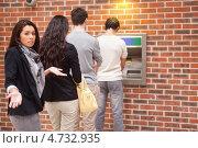 Девушка разводит руками, ожидая очереди к банкомату, фото № 4732935, снято 19 августа 2011 г. (c) Wavebreak Media / Фотобанк Лори