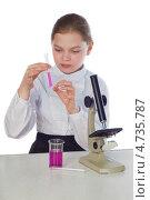 Девочка с пробиркой и микроскопом на белом фоне. Стоковое фото, фотограф Дмитрий Лифанов / Фотобанк Лори