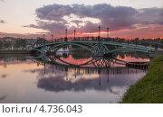 Купить «Музей-заповедник Царицыно. Пешеходный мост на прудах к светомузыкальному фонтану летним вечером на фоне заката», фото № 4736043, снято 7 июня 2013 г. (c) Горшков Игорь / Фотобанк Лори