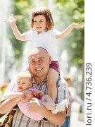 Купить «Счастливый отец с двумя детьми на улице», фото № 4736239, снято 2 июня 2013 г. (c) Яков Филимонов / Фотобанк Лори