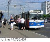 Купить «Посадка пассажиров в троллейбус № 41, Щелковское шоссе, Москва», эксклюзивное фото № 4736407, снято 8 июня 2013 г. (c) lana1501 / Фотобанк Лори