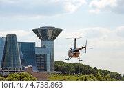 Купить «Вертолет Robinson R-44 Raven на фоне дома правительства Московской области», эксклюзивное фото № 4738863, снято 6 июня 2013 г. (c) Володина Ольга / Фотобанк Лори