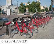 Купить «Городской пункт велопроката в Москве у Никитских ворот», фото № 4739231, снято 9 июня 2013 г. (c) Наталья Николаева / Фотобанк Лори