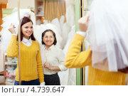 Купить «Пожилая мать с дочерью выбирает свадебный наряд», фото № 4739647, снято 19 декабря 2012 г. (c) Яков Филимонов / Фотобанк Лори