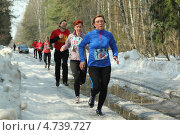 Марафон на зимней трассе с лужами (2013 год). Редакционное фото, фотограф Геннадий чупругин / Фотобанк Лори