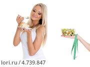 Стройная девушка выбирает между салатом из свежих овощей и кусочком торта. Здоровое питание, фото № 4739847, снято 18 апреля 2013 г. (c) Мельников Дмитрий / Фотобанк Лори