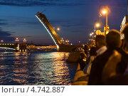 Купить «Люди наблюдают развод Троицкого моста с Дворцовой набережной, Санкт-Петербург», фото № 4742887, снято 6 июня 2013 г. (c) Кекяляйнен Андрей / Фотобанк Лори