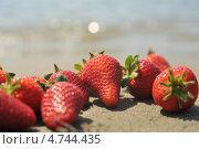 Клубника на песке. Стоковое фото, фотограф Виктория Кныш / Фотобанк Лори