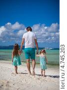 Купить «Папа с двумя дочками идет по песку у моря», фото № 4745203, снято 25 июня 2019 г. (c) Дмитрий Травников / Фотобанк Лори