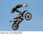 Мотофристайл, мотоциклист в прыжке на фоне голубого неба (2012 год). Редакционное фото, фотограф Алексей Лугинин / Фотобанк Лори