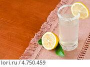 Купить «Стакан лимонада с ломтиками лимона», фото № 4750459, снято 29 июля 2011 г. (c) Анастасия Мелешкина / Фотобанк Лори