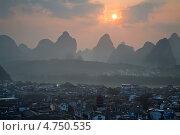 Купить «Рассвет над городом  Яншо в Гуанси-Чжуанском автономном районе Китая», фото № 4750535, снято 24 мая 2013 г. (c) Николай Винокуров / Фотобанк Лори