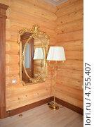 Зеркало в золотой оправе и торшер в углу в деревянном доме. Стоковое фото, фотограф Оксана Сафонова / Фотобанк Лори