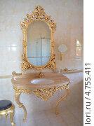 Зеркало в золотой оправе и умывальник в ванной комнате (2012 год). Редакционное фото, фотограф Оксана Сафонова / Фотобанк Лори