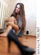 Купить «Грустная девушка сидит на полу около батареи», фото № 4760367, снято 20 октября 2012 г. (c) Яков Филимонов / Фотобанк Лори