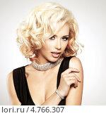 Купить «Красивая белая женщина с фигурной прической и серебряными украшениями позирует в студии», фото № 4766307, снято 17 октября 2012 г. (c) Валуа Виталий / Фотобанк Лори