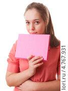 Купить «Девушка-подросток с розовой книгой в руке», фото № 4767931, снято 30 января 2011 г. (c) Станислав Типляшин / Фотобанк Лори