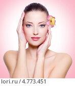 Портрет молодой женщины с цветком на розовом фоне. Стоковое фото, фотограф Валуа Виталий / Фотобанк Лори