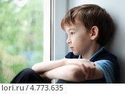 Грустный мальчик смотрит в окно. Стоковое фото, фотограф Римма Зайцева / Фотобанк Лори