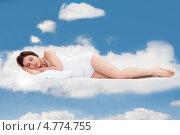 Купить «Юная прекрасная девушка безмятежно спит на облаках», фото № 4774755, снято 19 января 2013 г. (c) Андрей Попов / Фотобанк Лори