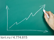 Купить «Рука рисует на доске график роста», фото № 4774815, снято 19 января 2013 г. (c) Андрей Попов / Фотобанк Лори