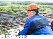 Купить «Мужчина в строительной каске и рабочей форме на высоте», фото № 4775515, снято 17 июня 2013 г. (c) Кекяляйнен Андрей / Фотобанк Лори