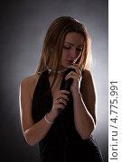 Купить «Красивая светловолосая женщина с микрофоном», фото № 4775991, снято 27 февраля 2013 г. (c) Андрей Попов / Фотобанк Лори