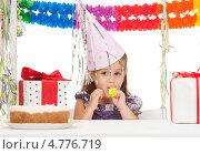 Купить «Счастливая маленькая девочка получает подарки на день рождения», фото № 4776719, снято 11 июля 2010 г. (c) Syda Productions / Фотобанк Лори