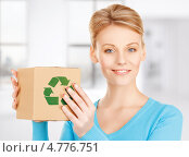 Купить «Молодая женщина с коробкой, подходящей для вторичной переработки», фото № 4776751, снято 12 декабря 2009 г. (c) Syda Productions / Фотобанк Лори