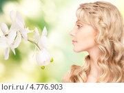 Купить «Привлекательная женщина с очаровательной улыбкой и белыми орхидеями», фото № 4776903, снято 3 апреля 2010 г. (c) Syda Productions / Фотобанк Лори