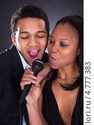 Купить «Красивая темнокожая пара поет в микрофон», фото № 4777383, снято 9 марта 2013 г. (c) Андрей Попов / Фотобанк Лори