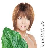 Купить «Молодая брюнетка с каре прикрывается широким зеленым листом», фото № 4777575, снято 26 декабря 2009 г. (c) Syda Productions / Фотобанк Лори